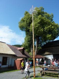 Kácení máje a výstava ZUŠ Karolinka